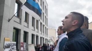Junge Putin-Fans skandierten vor der estnischen Botschaft in Moskau wieder ihre Losungen