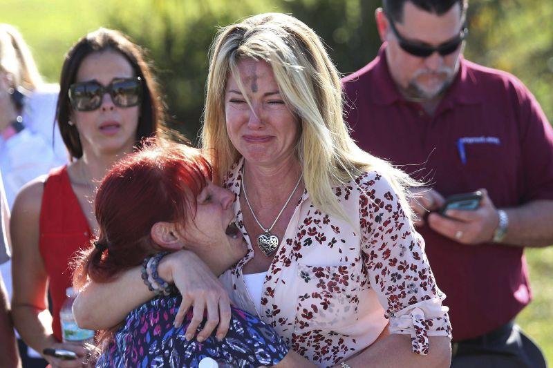 Tizenhét embert mészárolt le az amerikai iskolában a 19 éves volt diák