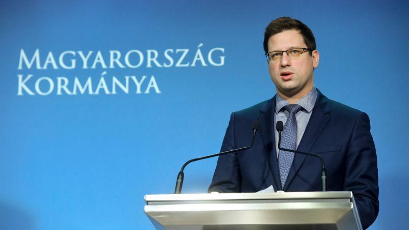 """""""Te homár hazudozó, a Fidesz szégyene, hiteltelen köcs.g lettél"""" – Gulyás Gergelyt betámadták"""
