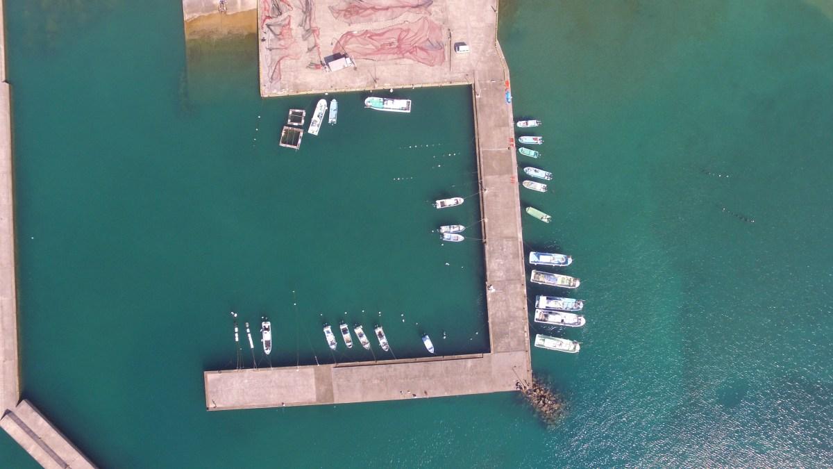 串間市高松の海水浴場と漁港