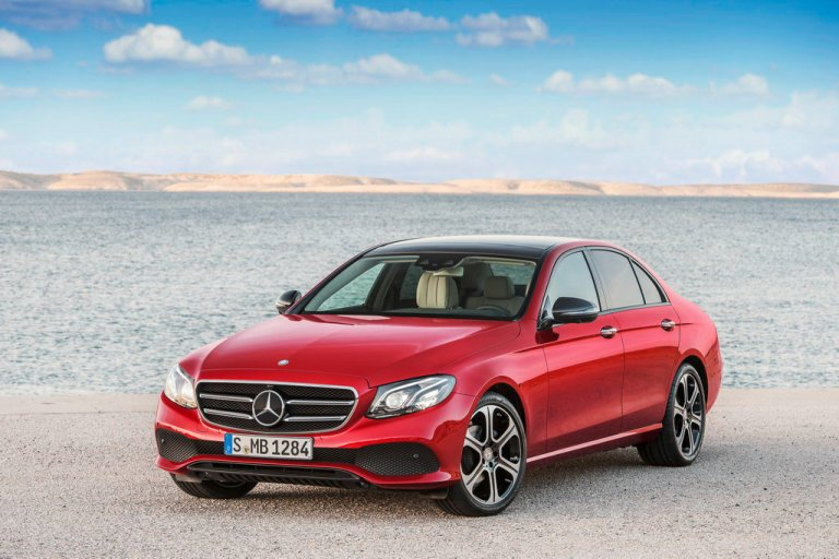 E 220 d, AVANTGARDE, Night Paket, hyazinthrot, schwarz/macciato E 220 d, AVANTGARDE, Night Package, Hyazinth red, black/macciato  Kraftstoffverbrauch kombiniert: 4,3-3,9 l/100 km; CO₂-Emissionen kombiniert: 112-102 g/km. Fuel consumption combined: 4.3-3.9 l /100 km; combined CO₂ emissions: 112-102 g/km.