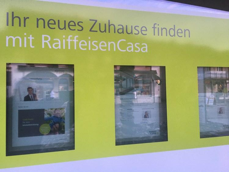 """Raiffeisen Casa hat mit dem Ecosystem """"Wohnen"""" auch den Auftritt geändert. Im Schaufenster der Raiffeisen Bank meines Wohnortes mit der auffallenden Exposé-Wand."""