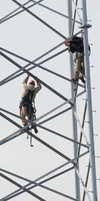 Un trabajador de la torre de libre subidas.