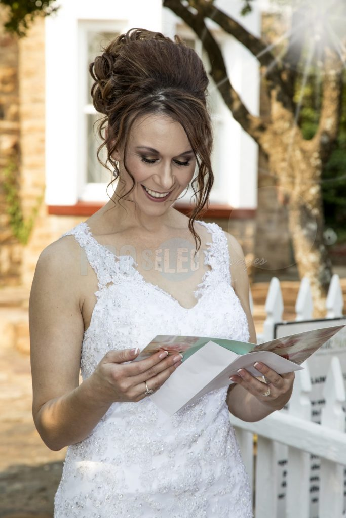 Bride reading letter | ProSelect-images