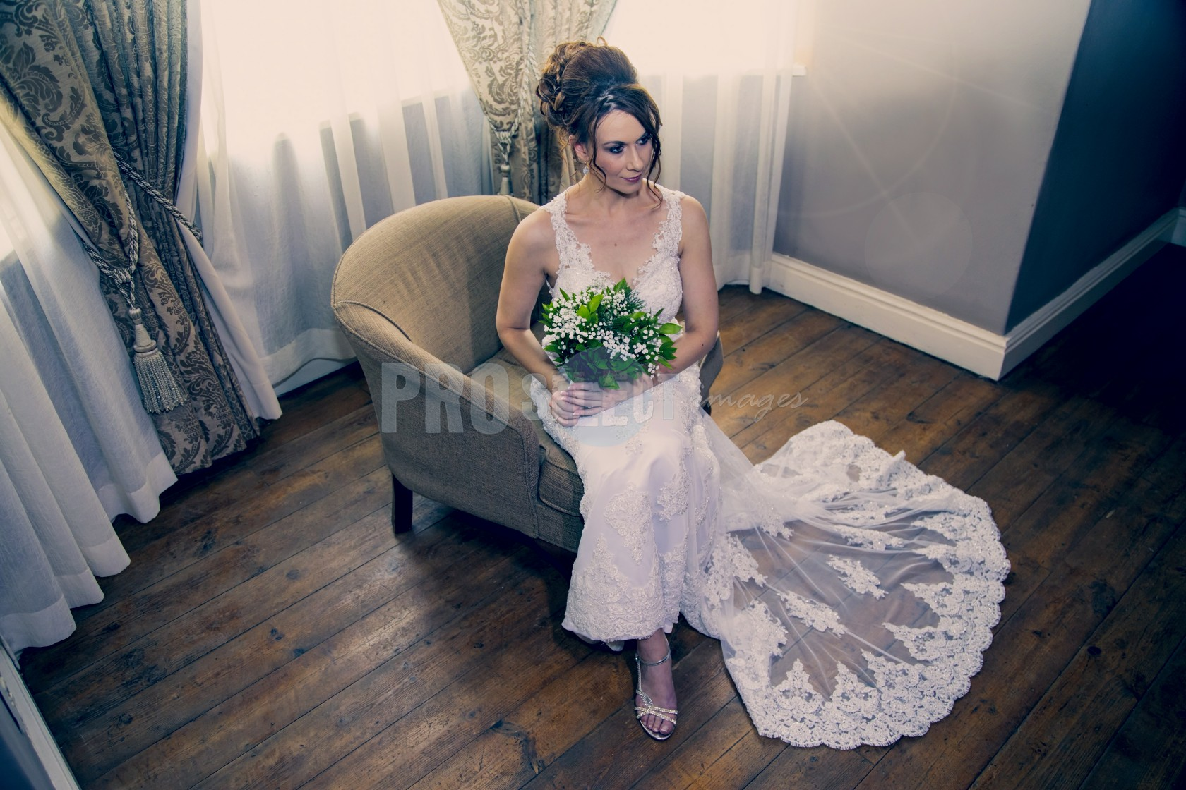 Bride sitting on chair | ProSelect-images