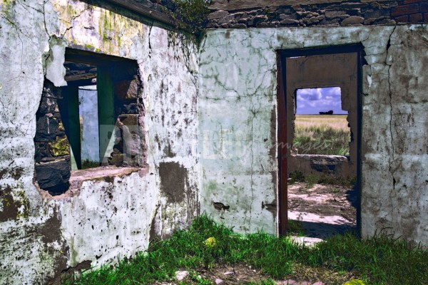 Farmhouse falling to pieces   ProSelect-images