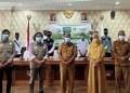 Sekretaris Daerah Provinsi Gorontalo Darda Daraba (tengah) didampingi Kepala Biro Pemerintahan dan Kesra Setda (ketiga kanan) foto bersama Ketua Yayasan Ammirul Ummah (ketiga kiri) dan para relawan Rumah Kammi Peduli di ruang Huyula Kanto Gubernur, Selasa (26/1/2021). (Foto: ADC)