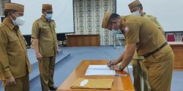 Kepala Dinas Kominfo Masran Rauf (Kanan) menandatangani berita acara sertijab yang disaksikan Sekda Darda dan Asisten Admininstrasi Umum di Kantor Gubernuran, Senin (18/1/2020). Foto: Istimewa