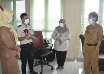 Wakil Bupati Gorontalo, Herman Walangadi (kanan) Mengecek Kesiapan vaksinasi di Klinik KKP Kelas III Gorontalo, Senin (18/01/2021). (Foto: Humas Kominfo Kabgor).