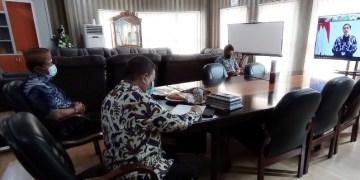 Wagub Gorontalo H. Idris Rahim mengikuti arahan Presiden Jokowi pada penandatanganan kontrak paket tender atau seleksi dini Kementerian PUPR tahun anggaran 2021 secara virtual di ruang kerja Wagub kompleks Gubernuran Gorontalo, Jumat (15/1/2021). (Foto : Haris – Humas)