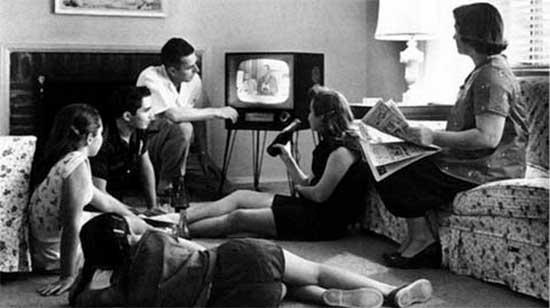 La televisión entro en los hogares a ocupar el sitio más destacado de la casa.