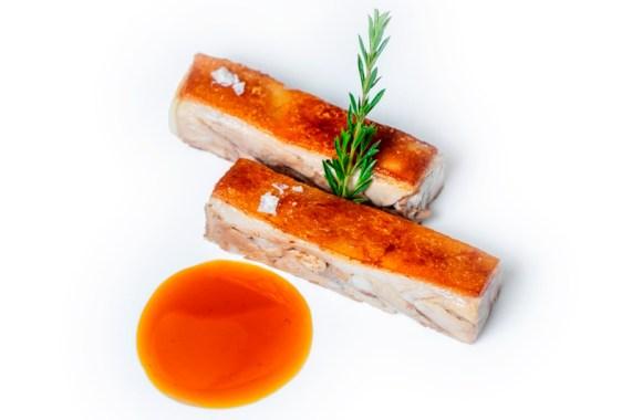 cochinillo confitado con salsa de cítricos