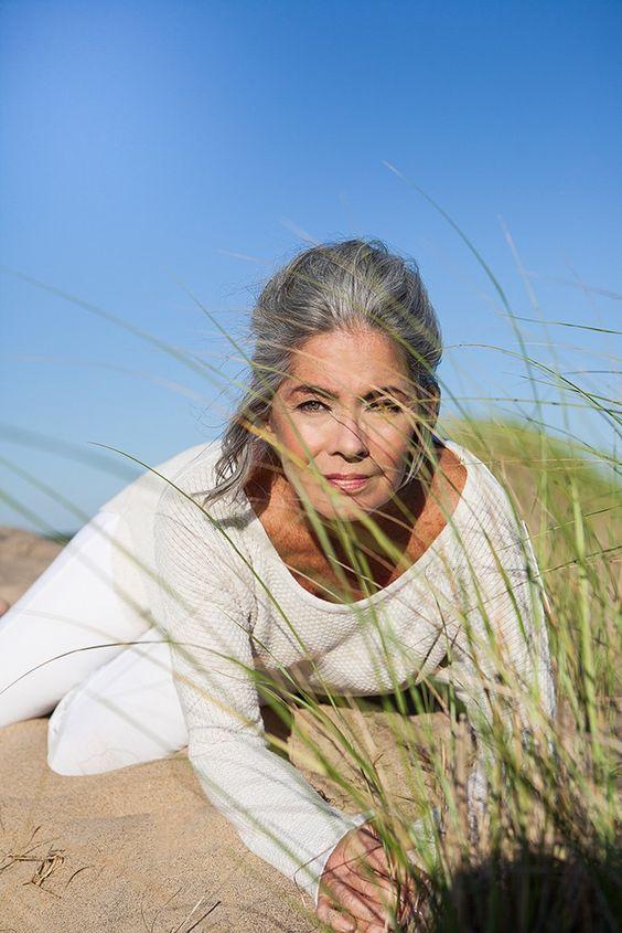 Mujer canosa en la playa