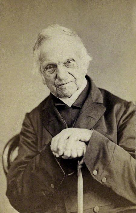 Adam Sedgewick, qui in una stampa all'albume del 1867, non mancherà di odiare anche l'Origine, nonostante Darwin fosse stato suo studente e i due fossero in generale in buoni rapporti
