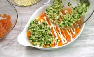 Салат з червоною рибою і свіжим огірком