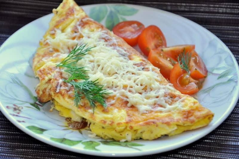 Яєчня з сосисками і сиром: мінімум продуктів, максимум задоволення!