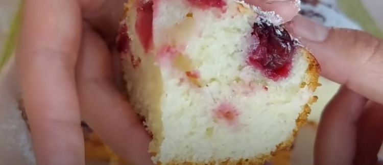 Пиріг на кефірі з вишнями! Все змішала і в духовку