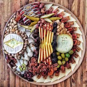 Нарізка асорті: дивуємо гостей досконалою подачею закусок