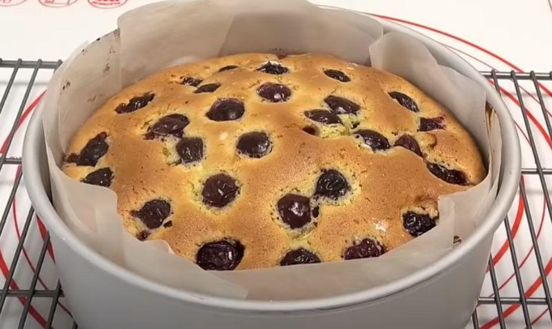 Пиріг на швидку руку, з будь-якими ягодами або фруктами. Актуальна випічка в літній період