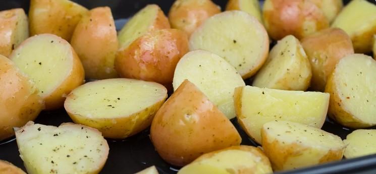 Запікаю молоду картоплю в духовці з хрусткою скоринкою. Виходить смачно, а головне просто