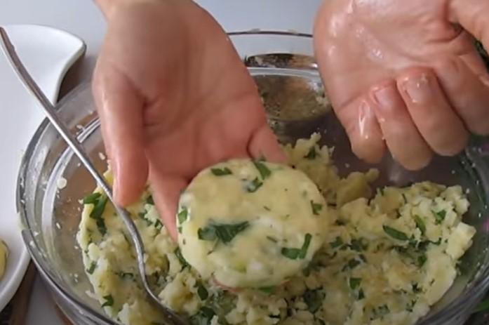 Якщо у вас вдома є картопля, приготуйте легку, дешеву і смачну вечерю