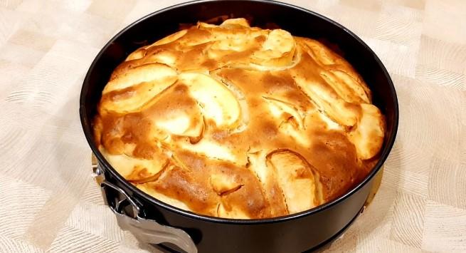 Сільський яблучний пиріг - простий і смачний рецепт. М'який з вологою начинкою
