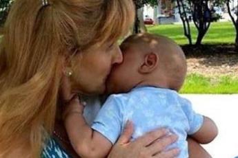 Эта женщина забирает домой умирающих детей. От ее поступка ком подступает к горлу...