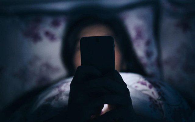 Если вы оставляете на ночь мобильный телефон возле кровати — обязательно прочтите эту статью!