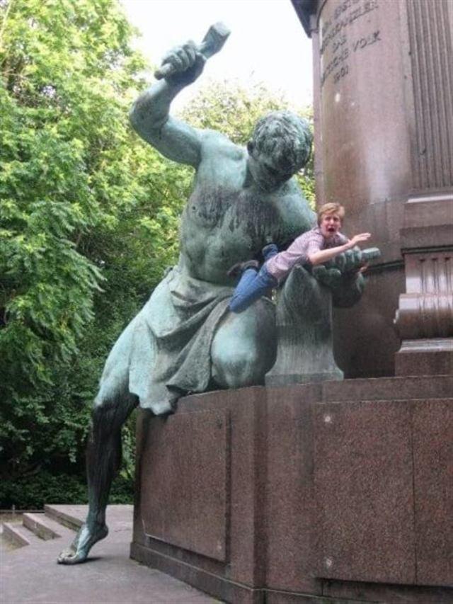 Оригинальные варианты фотографий с памятниками. Вот как нужно правильно позировать!