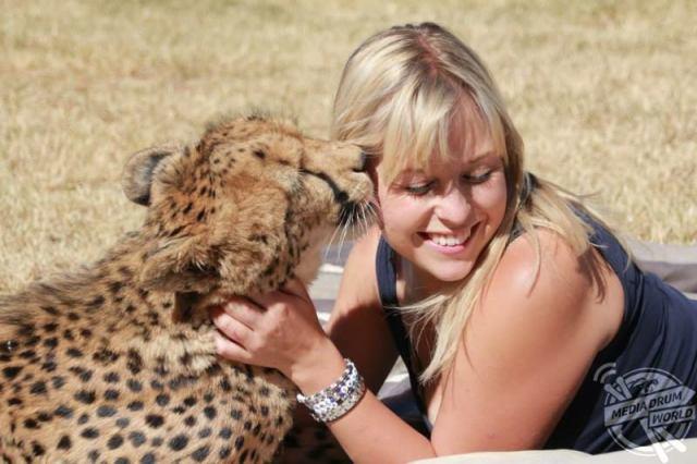 Она защитила котенка гепарда от охотников за трофеями, и он стал её лучшим другом