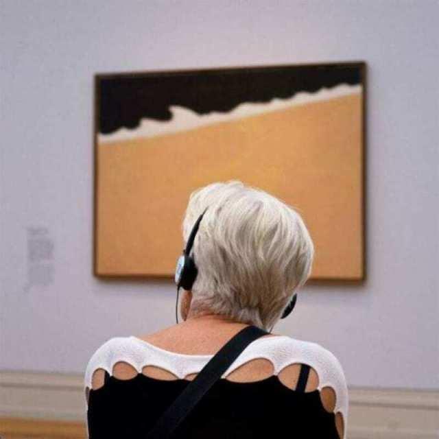 """Фотограф днями выжидает """"правильных"""" посетителей музея"""
