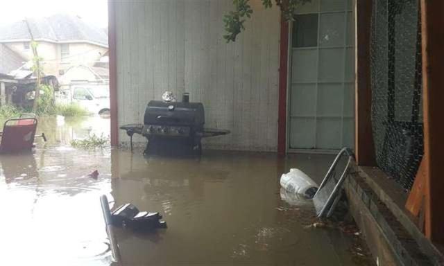В Техасе во время наводнения мужчина прорубил пол в доме, чтобы спасти кошку