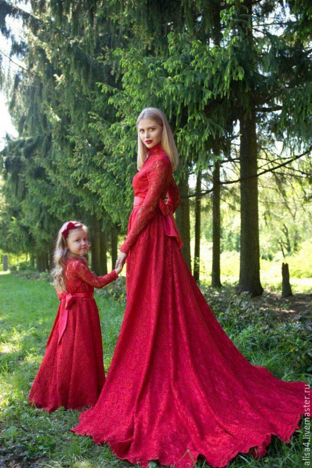 Красавицы-мамы с дочками в одинаковых платьях. Глаз не оторвать!