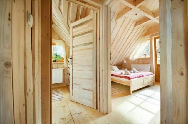 Маленький деревянный домик на окраине удивляет своей вместительностью и интерьером