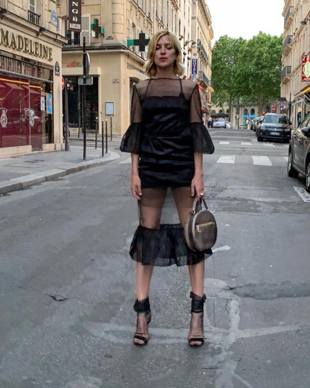«Дизайнеры перестарались» 47-летняя Ирина Гринева прогулялась по Парижу в прозрачном платье
