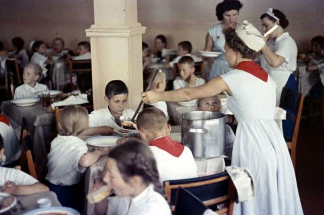 10 любимых блюд, которыми раньше кормили в школьных столовых и в пионерлагерях