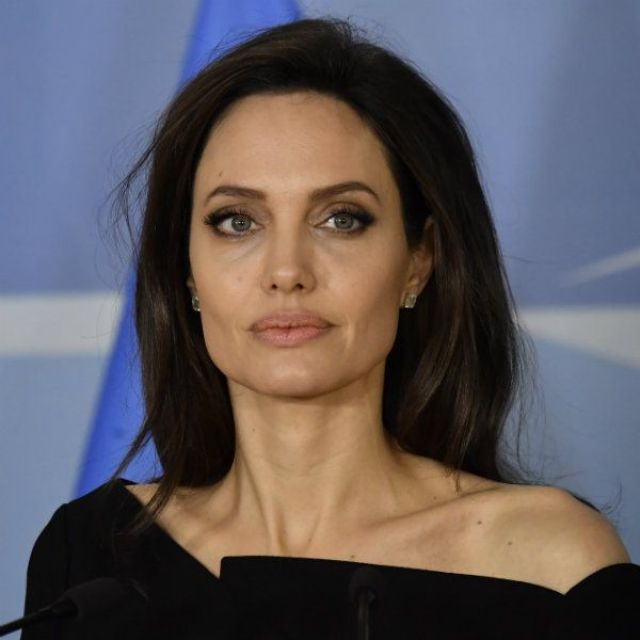 """""""Не такая уж и худая"""" Джоли появилась в узких брюках, показав изменившуюся фигуру"""