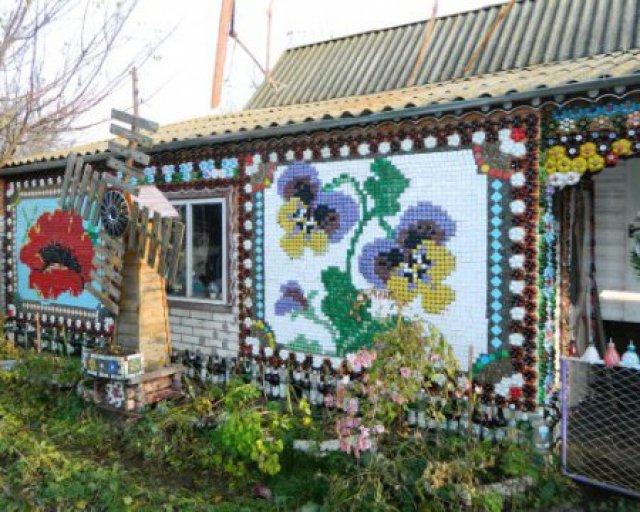 Украинский пенсионер украсил дом «вышивкой» из обычных пластиковых крышечек