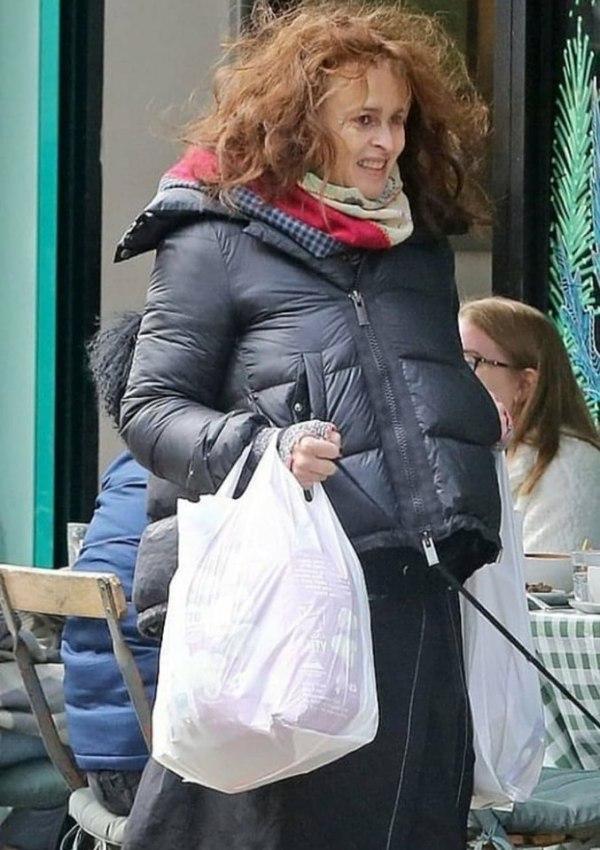 Похожа на бездомную. Папарацци засняли 54-летнюю Хелену Бонэм Картер на прогулке в Лондоне