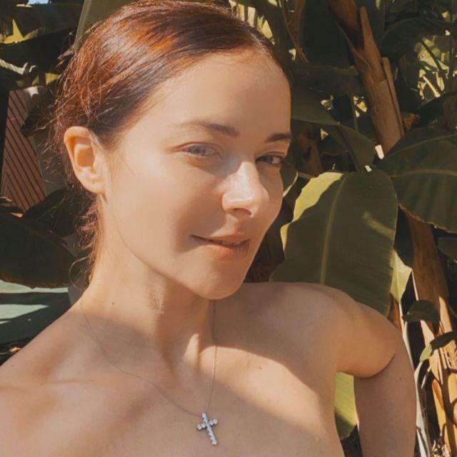 Поросячьи глазки и огромный нос. В сети раскритиковали фото Александровой без макияжа