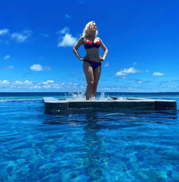 Огромные ноги. 47-летняя Натали показала себя в мини купальном костюме