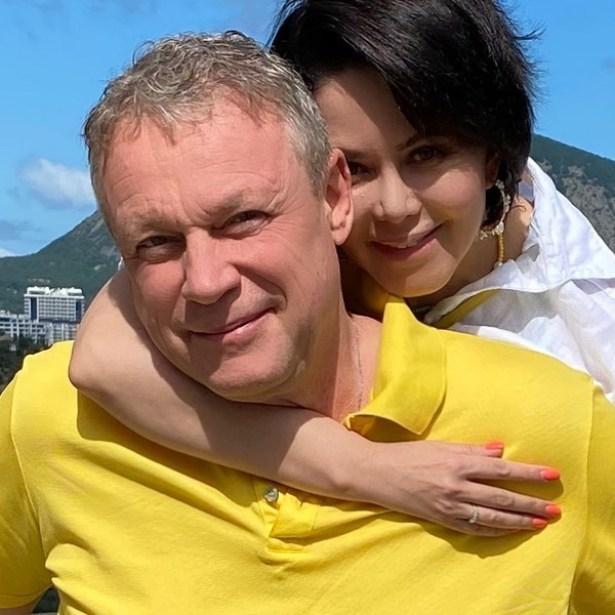 Счастливые такие. Жигунов отдыхает с женой на курорте. Она копия Заворотнюк