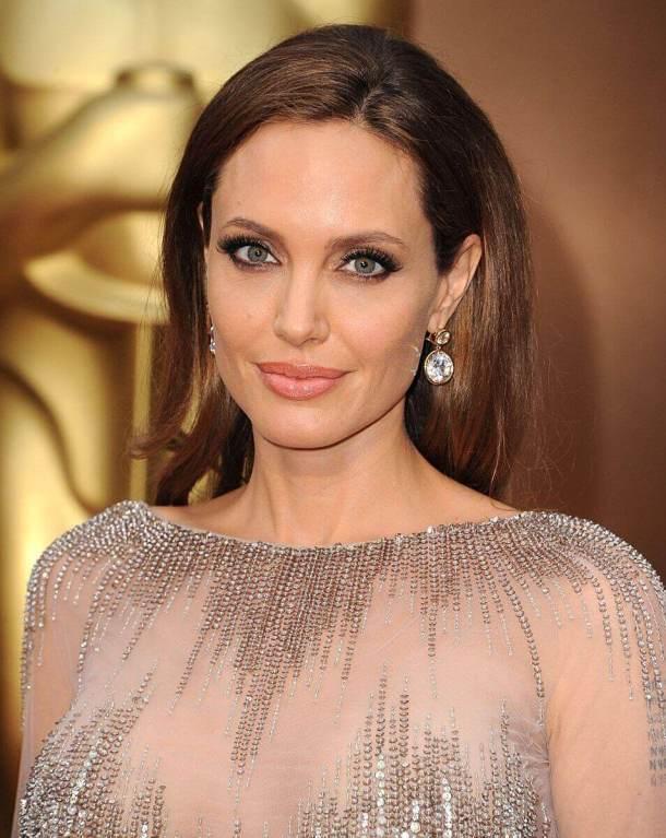 Забыла кое-что надеть. Формы Джоли засняли папарацци в непредвиденной обстановке