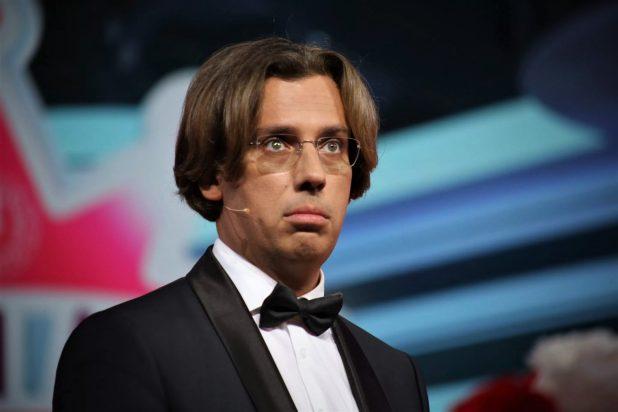 Выглядит под стать Пугачевой. Галкин отрастил усы и стал выглядеть гораздо старше
