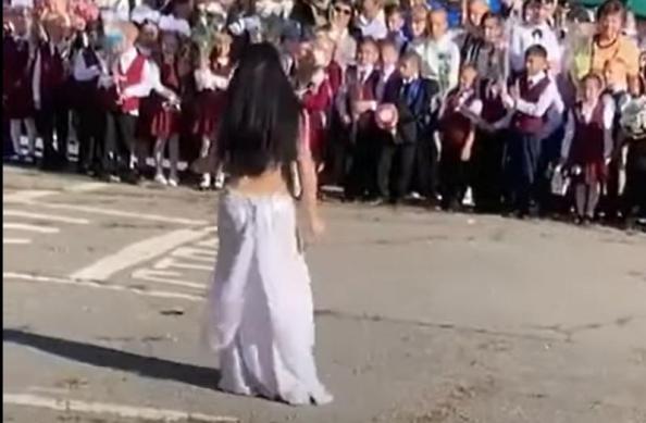 Танец живота на школьной линейке. 1 сенбяря в Хабаровской сети обсуждает вся страна