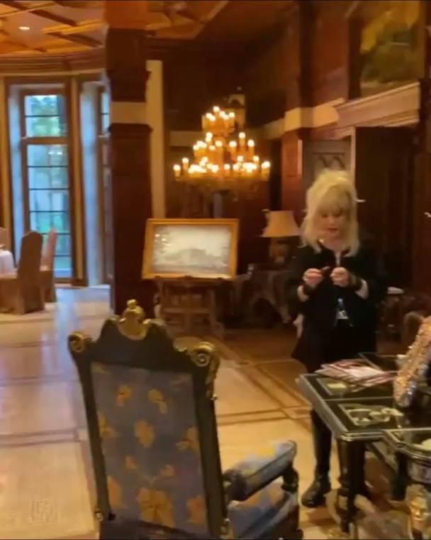 Настоящий музей. Вайкуле показала изнутри шикарный замок Пугачевой