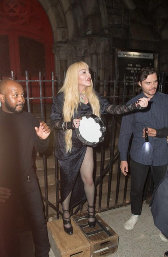 Обрюзгшая и старая. Папарацци запечатлели Мадонну на улице без фотошопа и фильтров