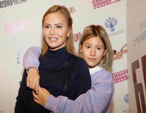 """""""Что с ней?"""": В сети обсудили трудную дочь-неформалку Даны Борисовой на фото"""