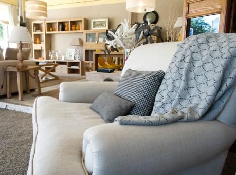 Gran sillón y composición de salón al fondo