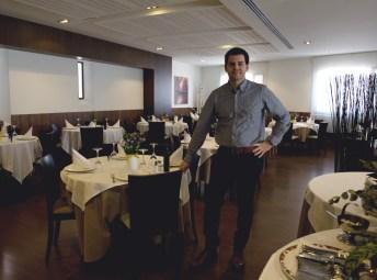 Fran en el gran comedor del restaurante